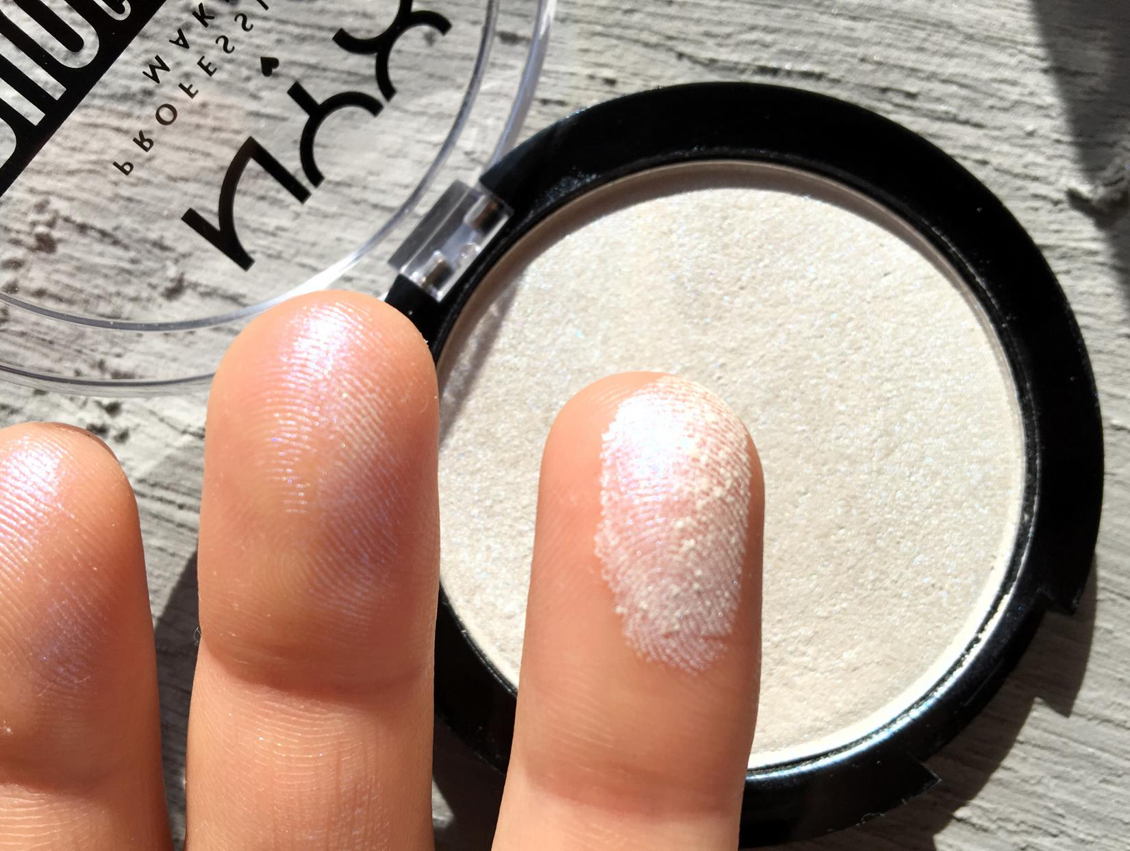 NYX Duo Chromatic Illuminating Powder - текстура