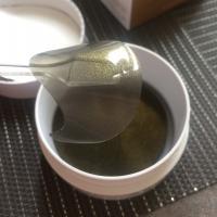 Корейские гидрогелевые патчи для глаз Petitfee Black Pearl & Gold - вид патча, лопатка